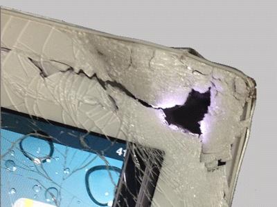 Сильно разбитый уголок iPad